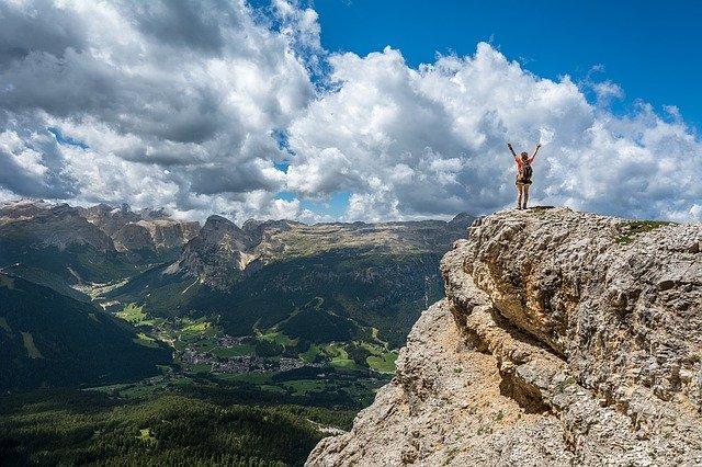 osoba na vrcholu hory