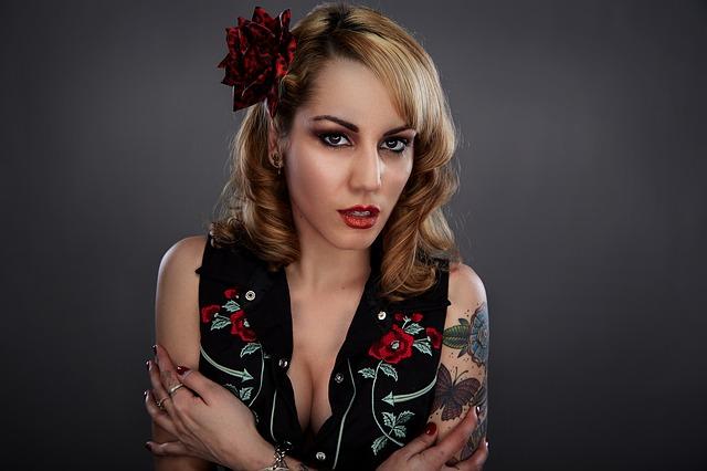 žena, tetování, květina ve vlasech