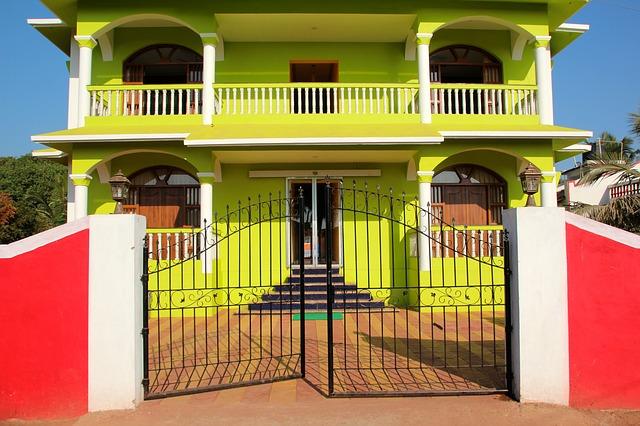 žlutý dům, kovaná brána
