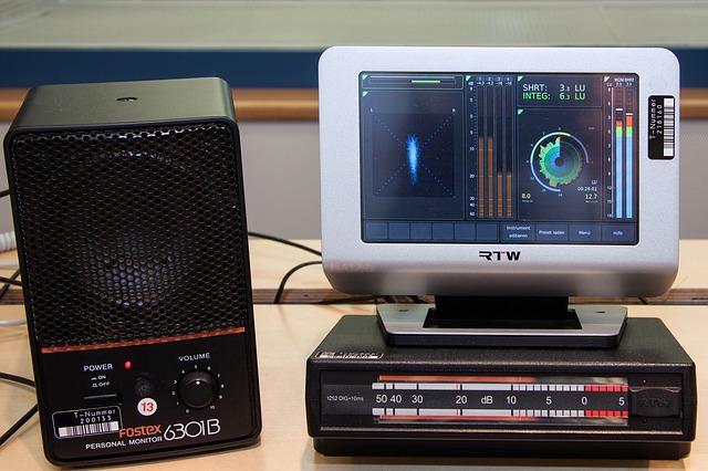 reproduktor, obrazovka, přístroj
