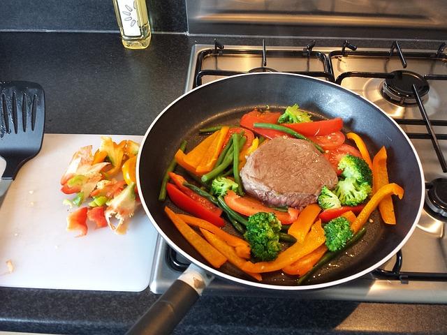 sporák, pánev, maso, zelenina