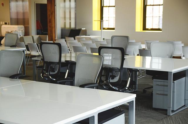 kancelář, bílé stoly, židle
