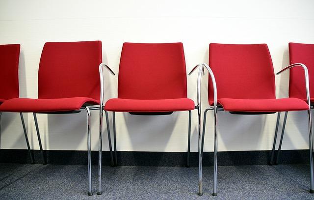 červené židle, kovové nohy