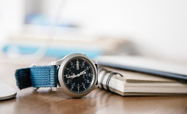 sešit, hodinky, modrý pásek