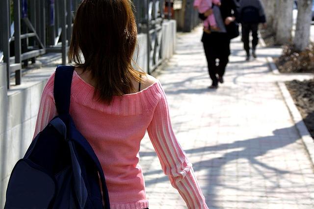žena, růžový svetr, batoh