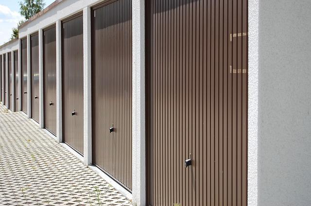 garážová stání, hnědá vrata