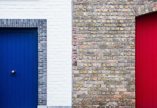 zeď, modré dveře, červená vrata