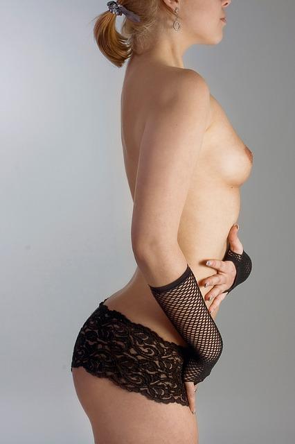 nahá prsa, černé kalhotky, žena z profilu