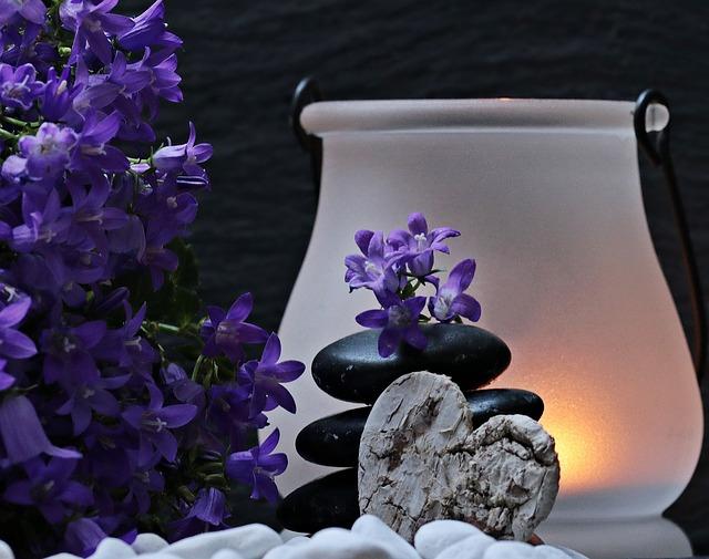 svíčk,a modré květiny, kameny