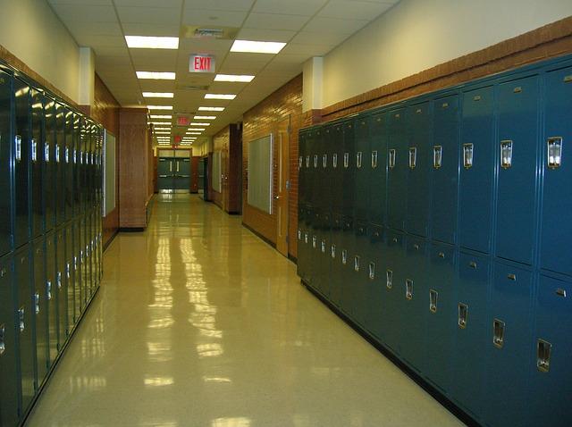 školní chodba, modré plechové skříňky