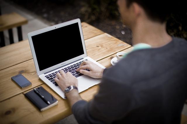 muž, práce na PC, káva, zápisník