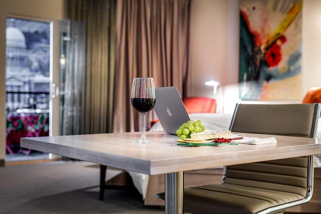 stůl, notebook, jídlo, víno
