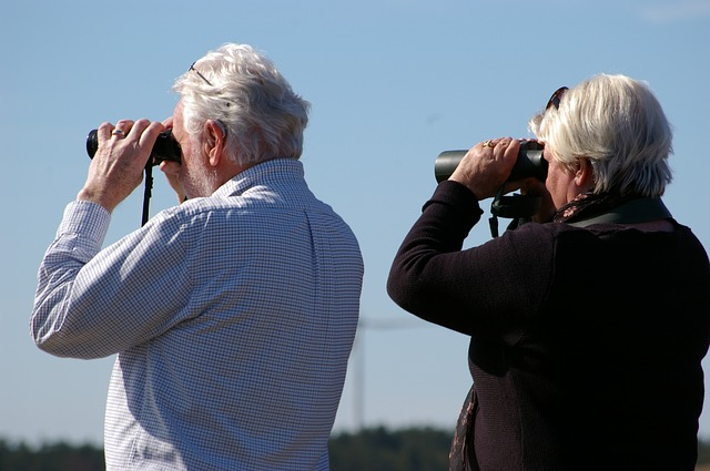 důchodci s dalekohledem