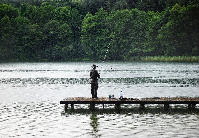 rybář v dešti