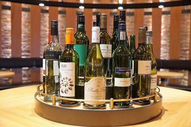víno na tácu