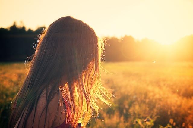 děvče při západu slunce.jpg