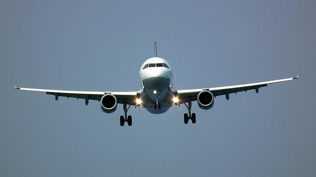 Přistávající dopravní letadlo