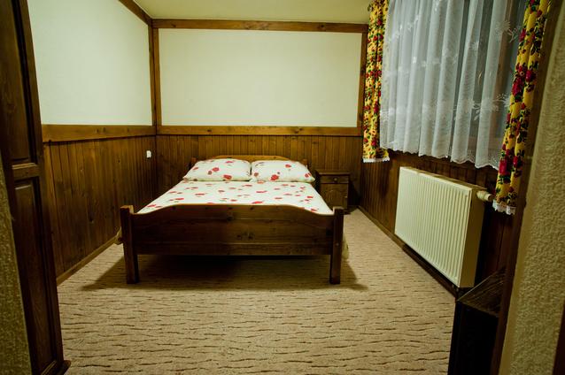 dřevěné postele, které ladí s obložením a designem místnosti
