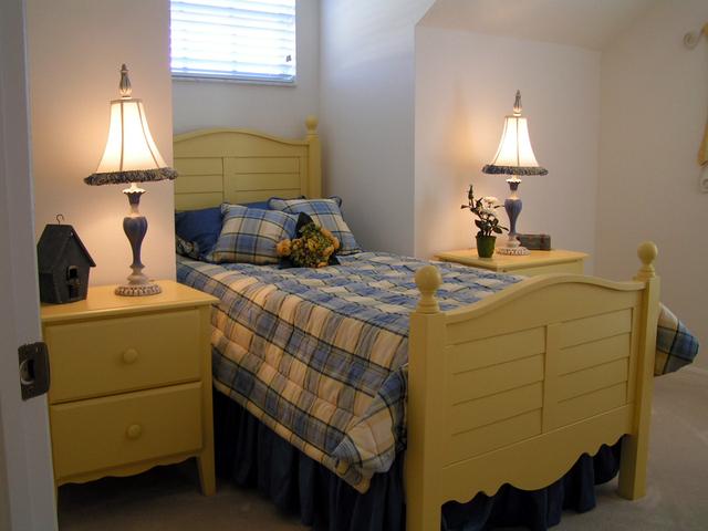 krásná vyřezávaná postel