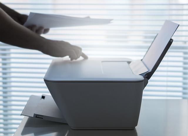 tiskárna s vytištěným dokumentem