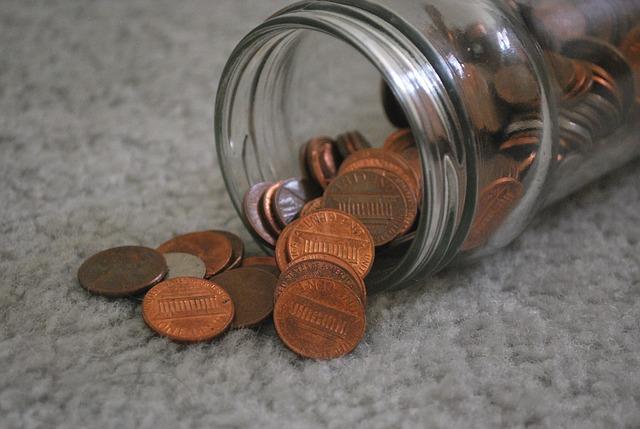 mince vysypané ze sklenice na koberec.jpg