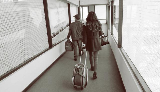 lidé v koridoru