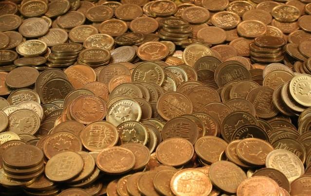 Přes celý obrázek jsou bronzové a zlaté mince